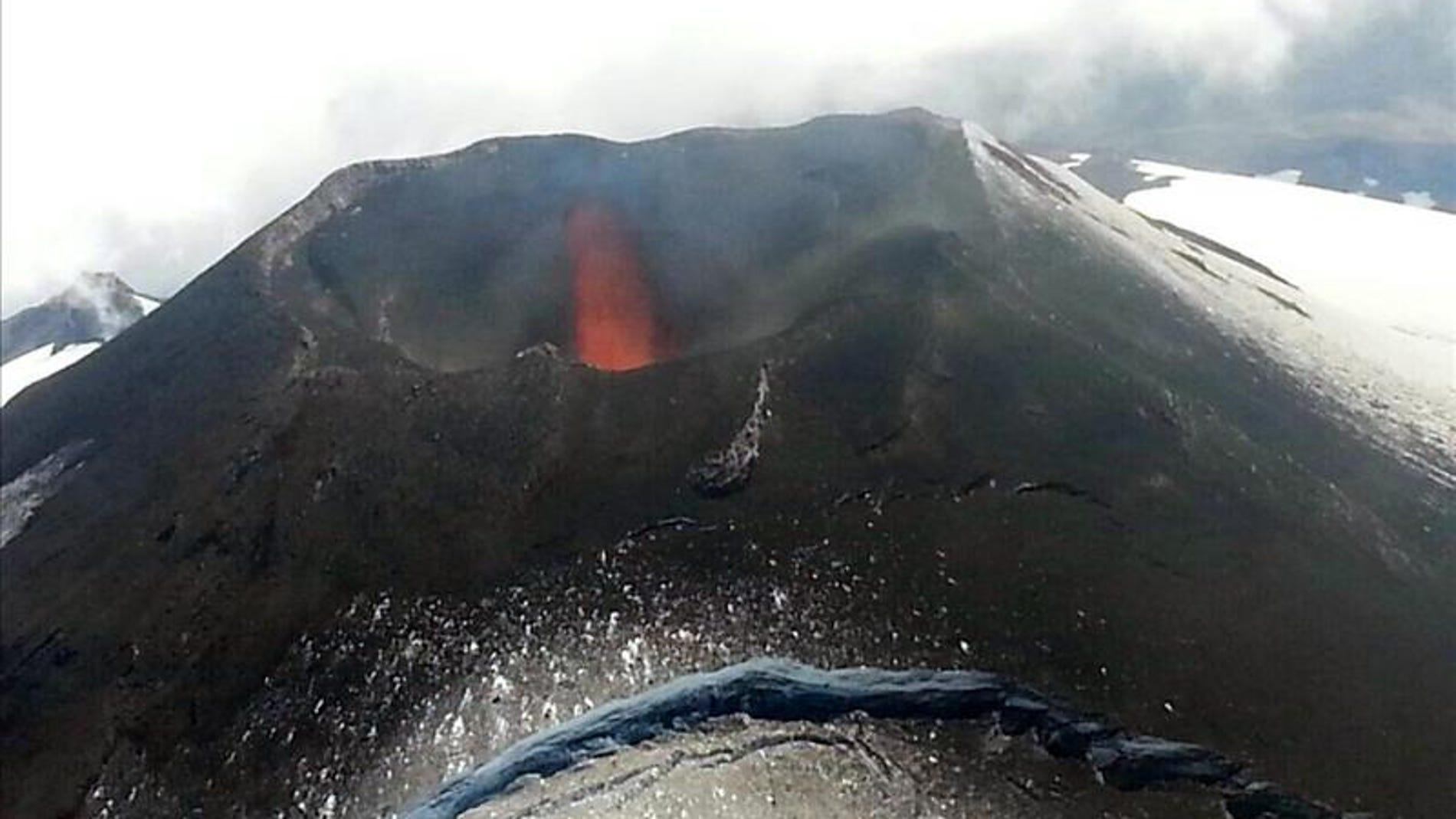 El volcán chileno Villarrica entra en erupción y se evacúa a la población