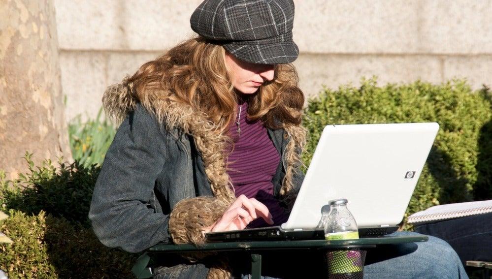 Una mujer utilizando un ordenador portátil