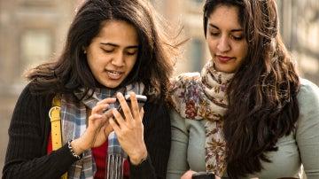 Unas amigas con teléfonos móviles