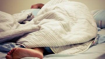 ¿Dormir desnudos o con ropa?