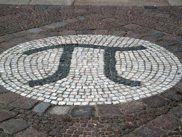 Un mosaico en una calle que representa al número Pi