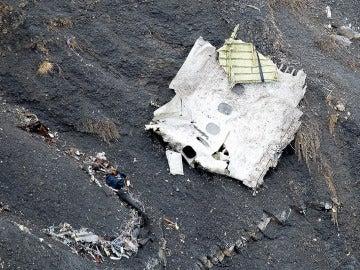 Una de las partes del avión de Germanwings en el lugar del accidente en los Alpes