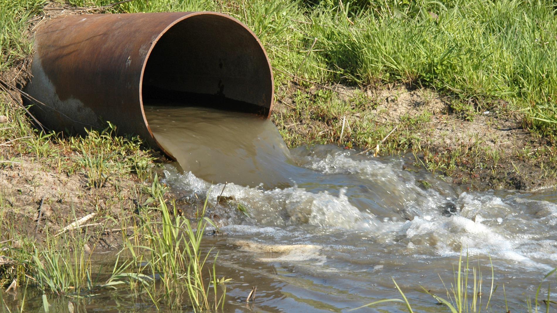 Aguas residuales saliendo de un tubo