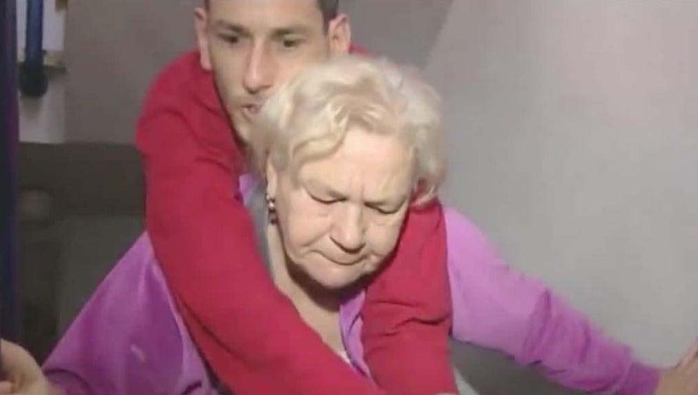 Leonor carga con su hijo de 40 años hasta un tercer piso