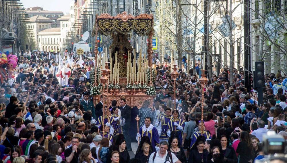 Momento de la procesión del Santísimo Cristo del Consuelo y Maria Santisima del Sacromonte en Granada