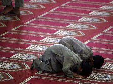 Niños rezando en una mezquita