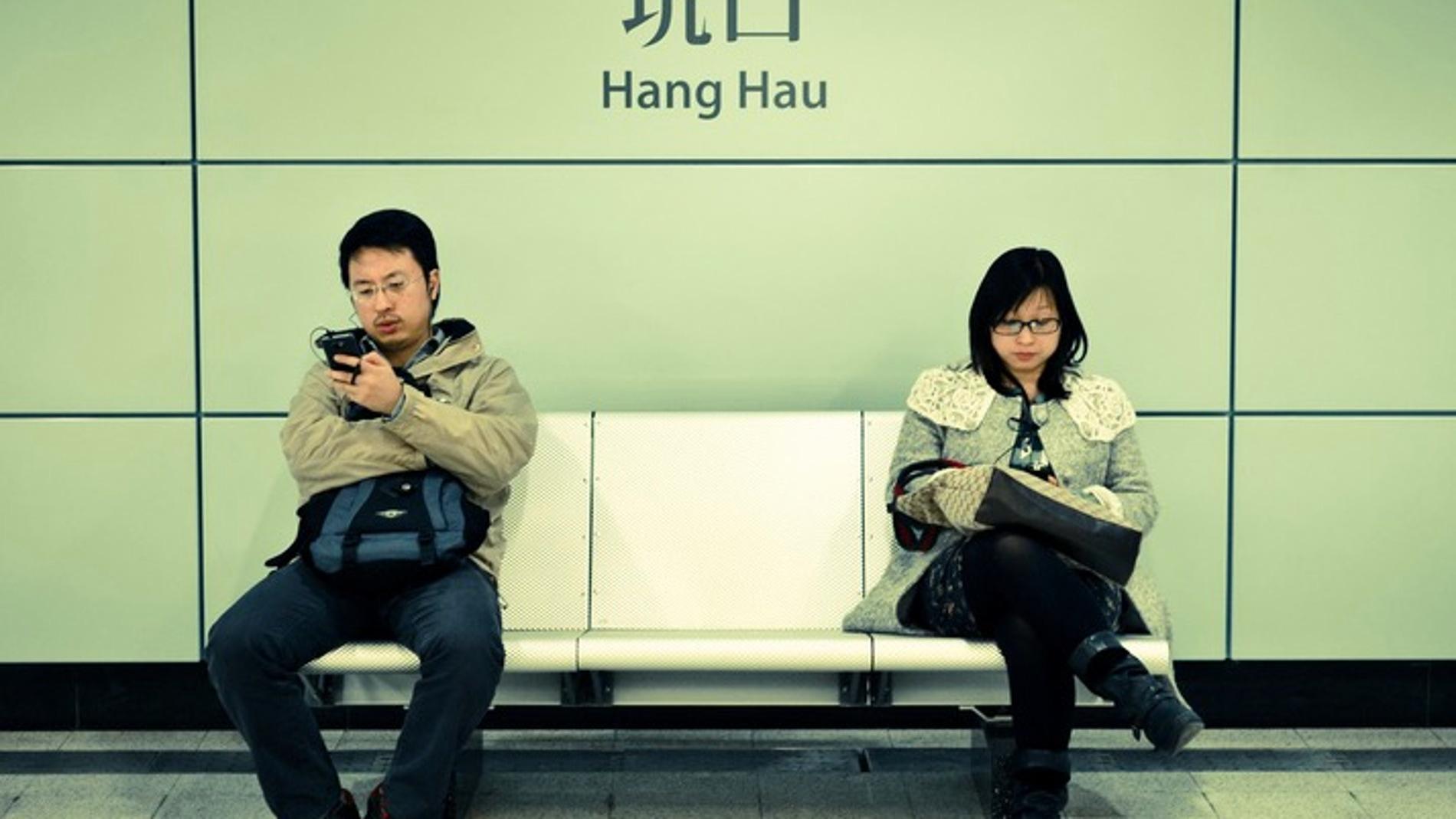 Dos personas utilizan dispositivos móviles