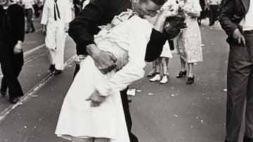 Famosa fotografía de Alfred Eisenstaedt que retrata a un marinero estadounidense besando a una joven mujer vestida de blanco durante las celebraciones del Día de la Victoria sobre Japón en 1945.