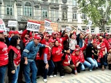 Concentración de trabajadores de Coca Cola ante el Supremo