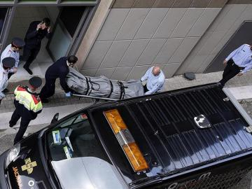 Trasladan el cadáver del profesor del instituto Joan Fuster.