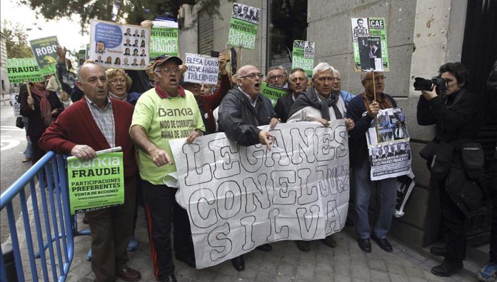 Manifestación de preferentistas a la entrada de la Audiencia Nacional