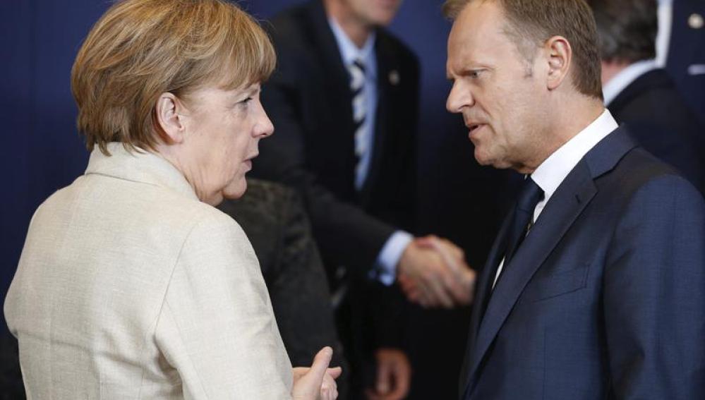 La canciller alemana, Angela Merkel, conversa con el presidente del Consejo Europeo, Donald Tusk