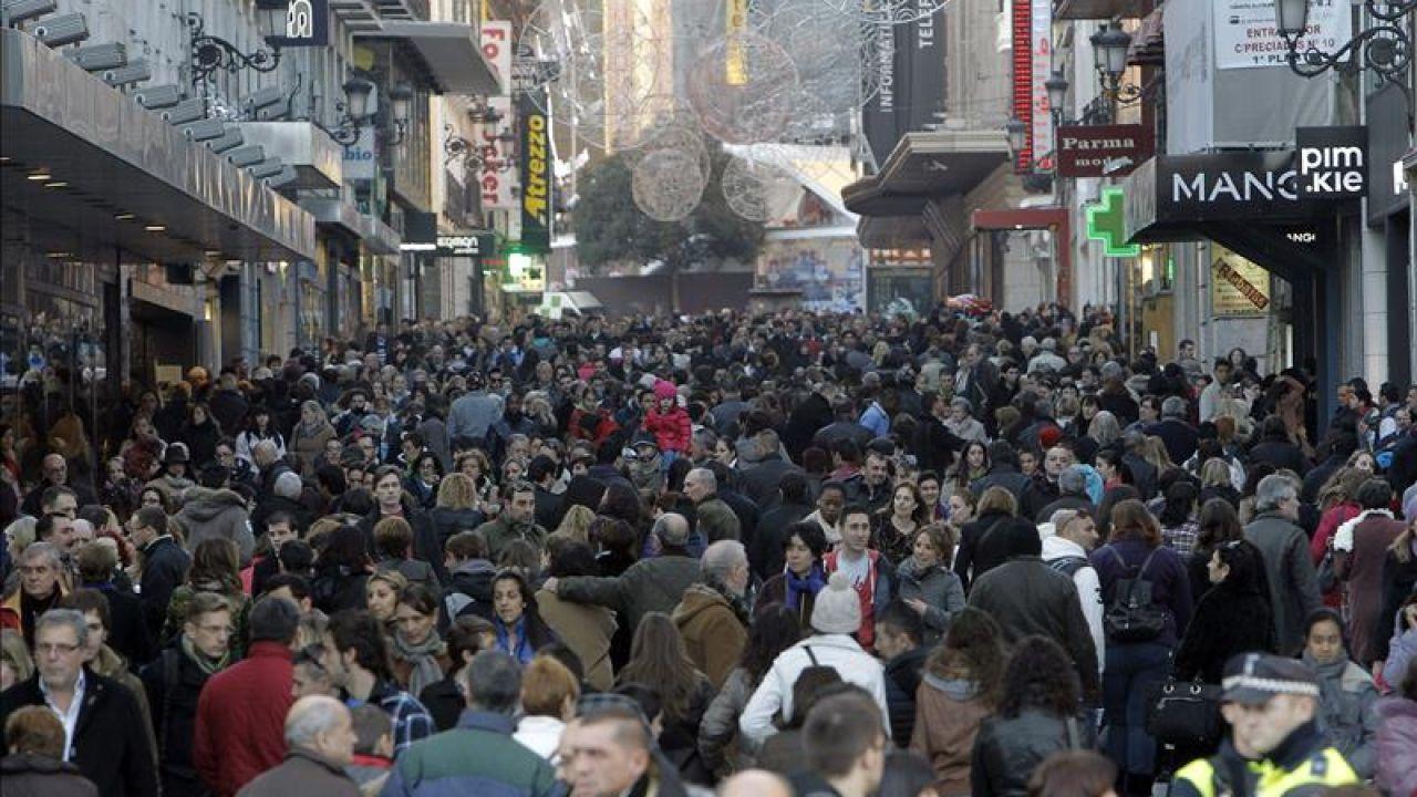 La calle Preciados, en Madrid, llena de gente.