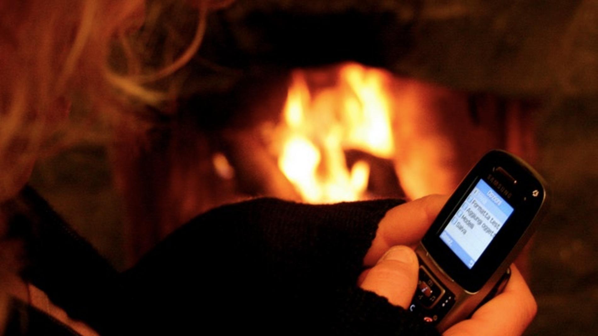 Una chica se deja los dedos buscando una letra para enviar un SMS