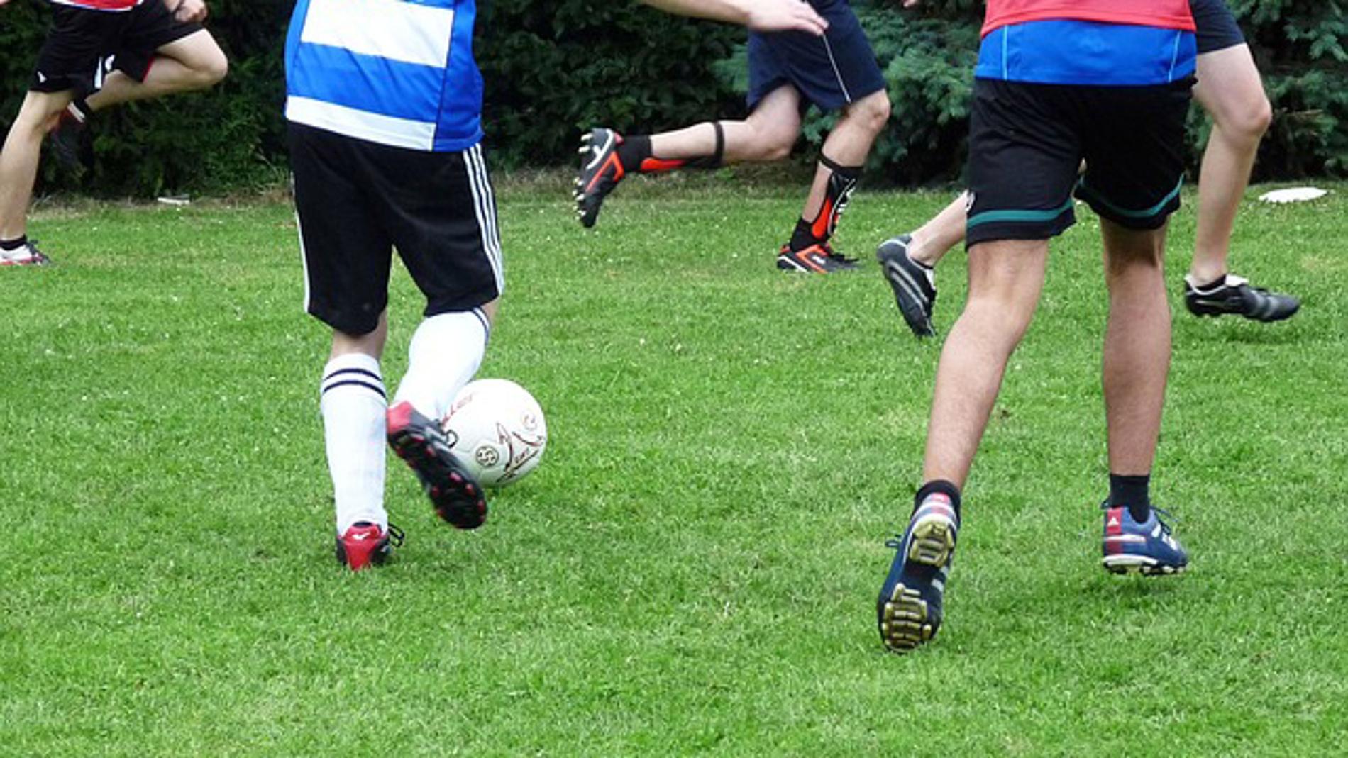 Adolescentes jugando al fútbol (FOTO: PI