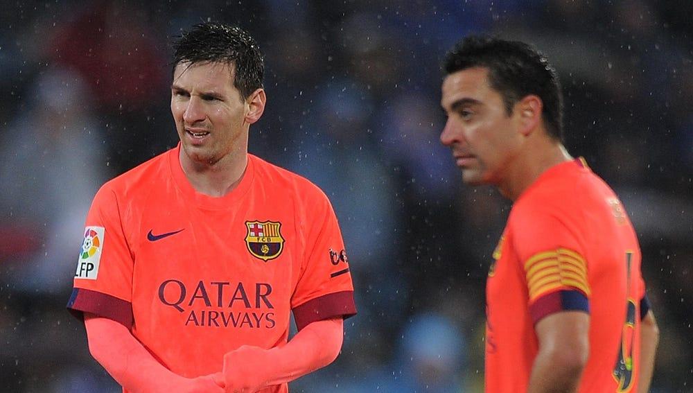 Leo Messi, junto a Xavi Hernández
