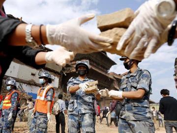 La ayuda humanitaria sigue distribuyéndose con dificultades en Nepal