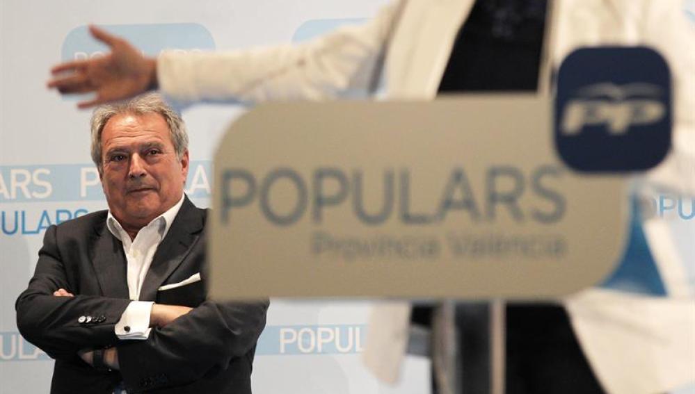 Alfonso Rus escucha a una ponente del PP