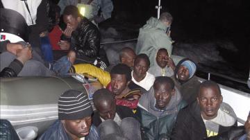 Patera con inmigrantes subsaharianos en Carchuna, Granada