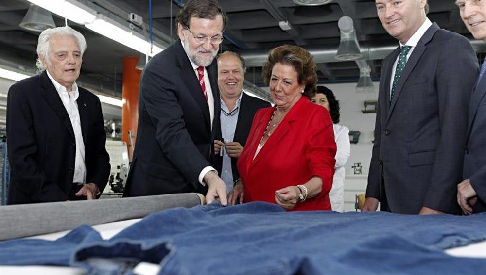 El presidente del Gobierno, Mariano Rajoy, bromea con Rita Barberá y Alberto Fabra
