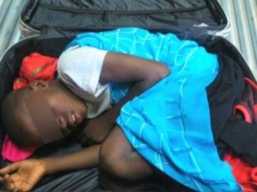 Imagen del menor introducido en una maleta.