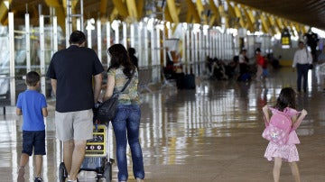 viajeros en el aeropuerto Adolfo Suárez Madrid-Barajas