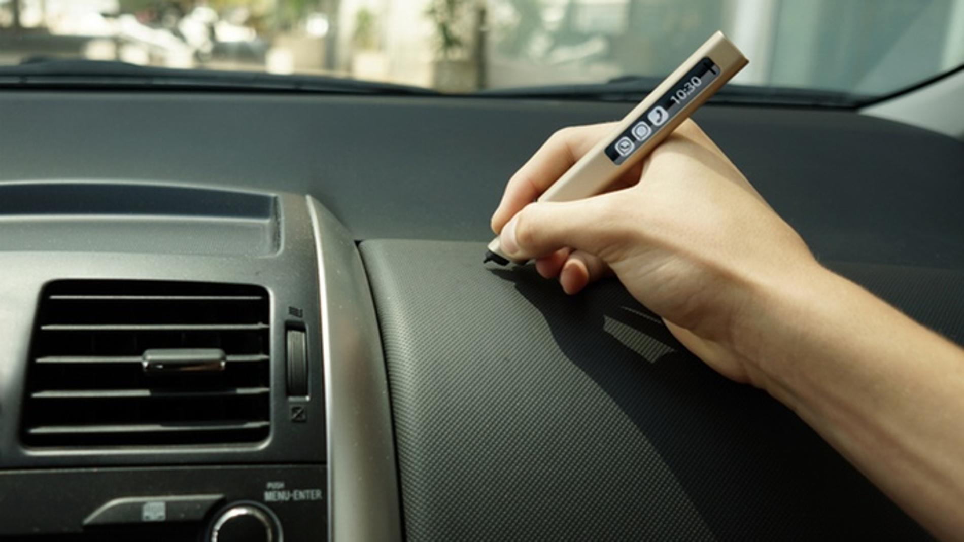 Puedes escribir sin problema en la guantera del coche