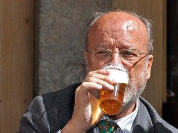 León de la Riva bebe cerveza