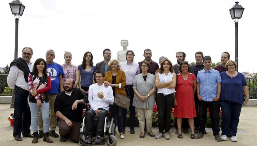 Manuela Carmena posa con las 20 primeras personas de su lista