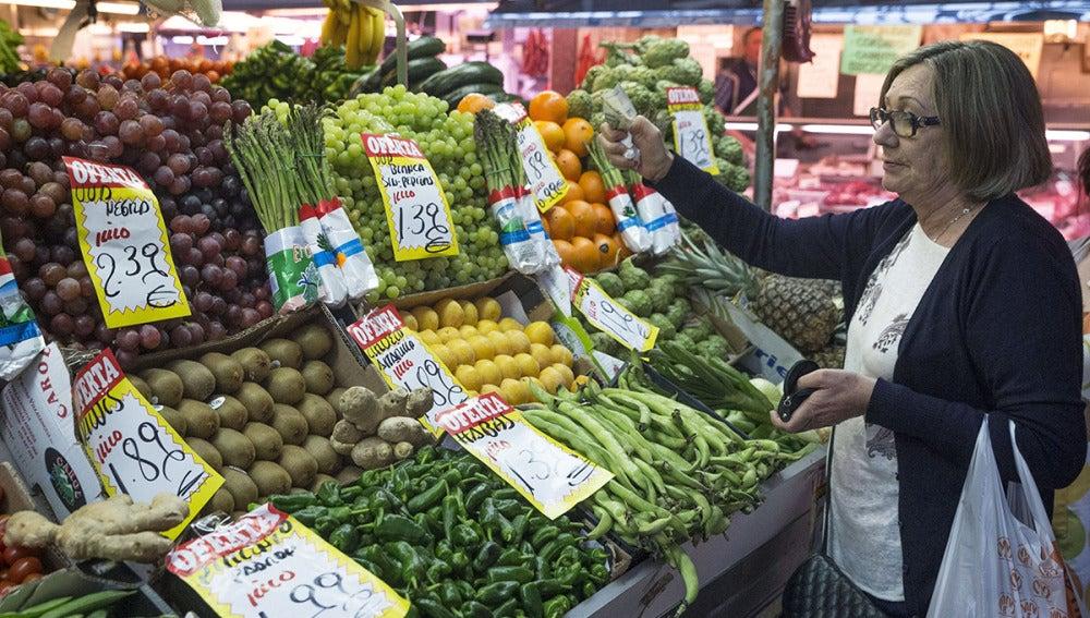 Mujer hace su compra en una fruteria