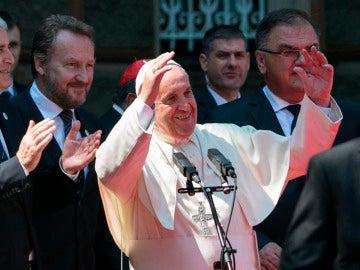"""El papa lanza un grito en favor de la paz en Bosnia: """"Nunca más a la guerra"""""""