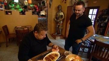 Alberto Chicote prueba la oreja prensada de 'La Corte'