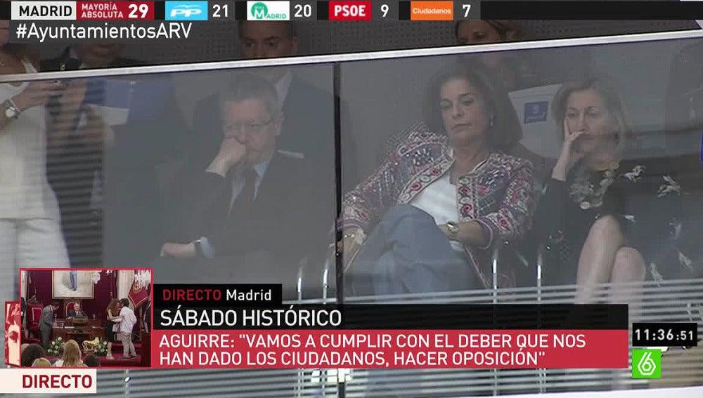 Ana Botella y Ruiz-Gallardón asisten serios a la proclamación de Carmena como alcaldesa