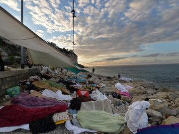 Inmigrantes esperan en la frontera de Italia con Francia