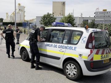 Policías franceses vigilan los alrededores de la fábrica