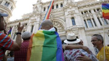 la bandera gay desplegada en el Palacio de Cibeles.