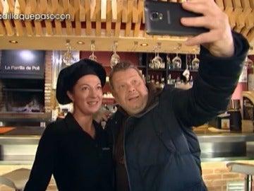 Alberto Chicote se hace un selfie con Poli