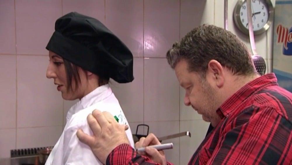 Chicote firma la chaquetilla de Elena