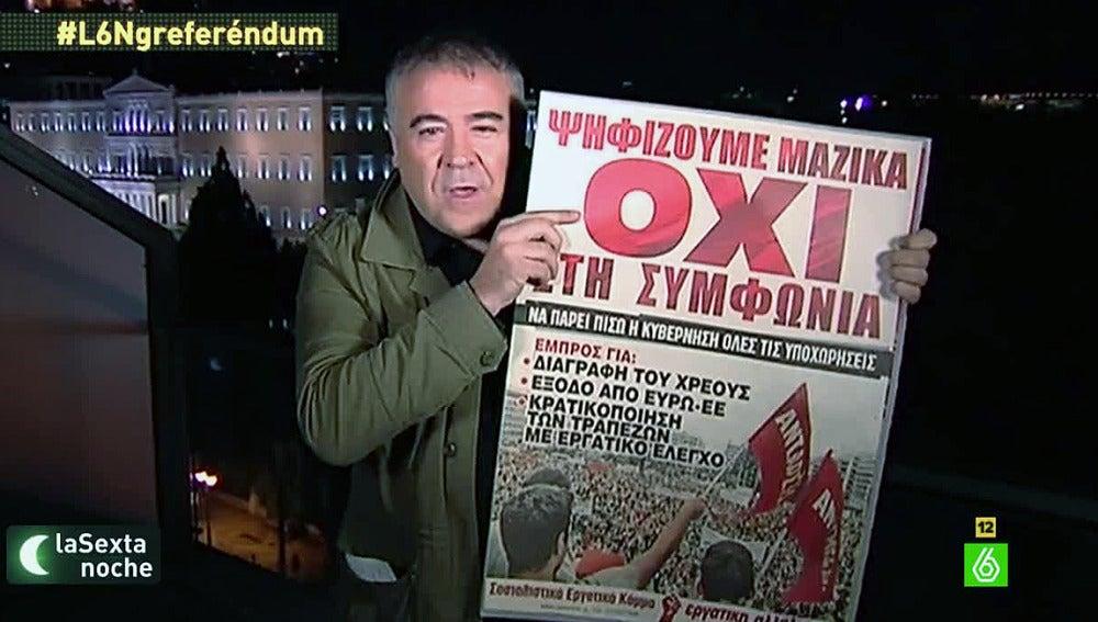 Ferreras sostiene un cartel a favor del 'no' en el referéndum griego.