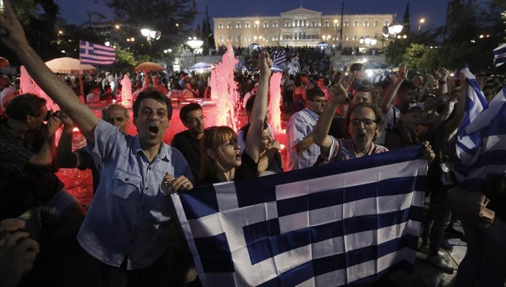 Griegos celebran en la plaza de Syntagma el 'no'