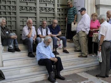 Pensionistas esperan para cobrar en una sucursal del Banco Nacional de Grecia