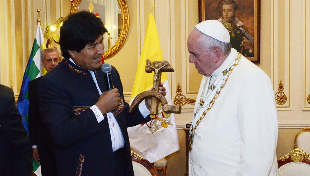 Evo Morales regala un peculiar crucifijo al papa
