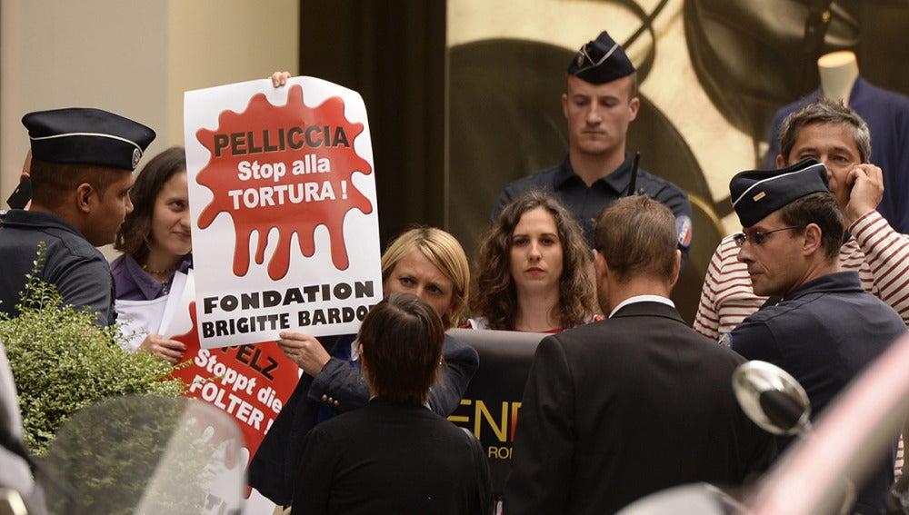 Los activistas en defensa de los animales protestan en el desfile de moda Fendi en París