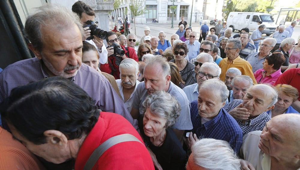Pensionistas hacen cola frente a los bancos