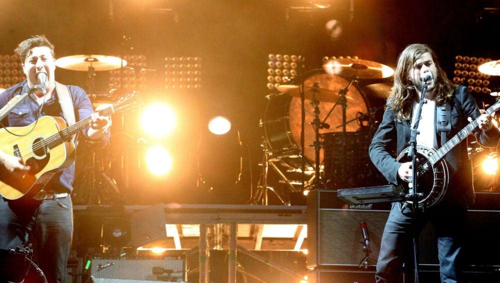 Mumford & Sons durante la actuación de apertura del festival