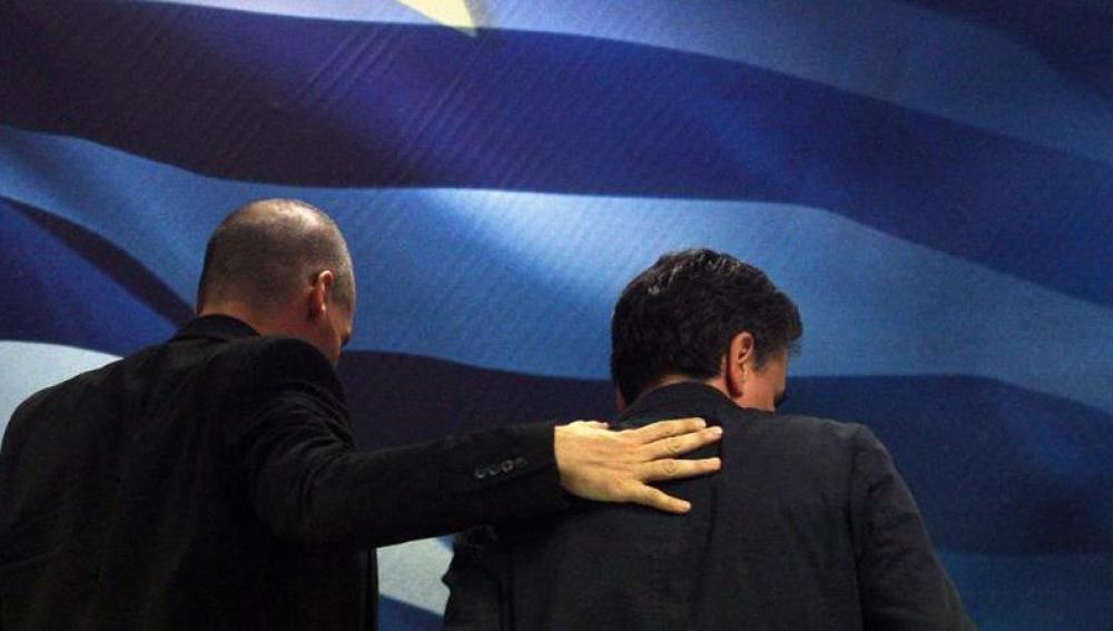 Varoufakis con el nuevo ministro de Finanzas griego, Tsakalotos