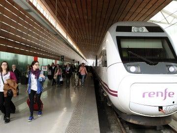 Un tren de Renfe parado en una estación