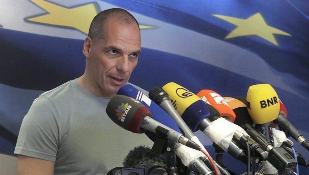Varoufakis habla ante los medios