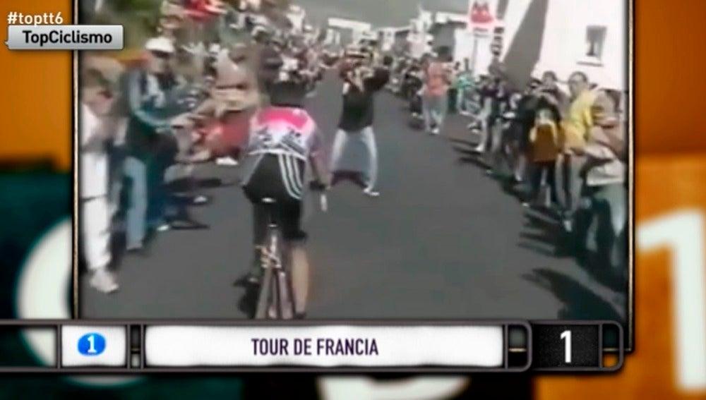 Ciclistas y aficionados, una mezcla de humor y tensión bastante graciosa