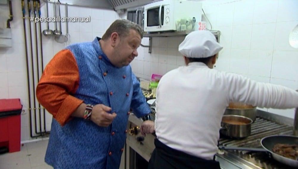 Chicote observa cómo cocinan en el 'Karma'